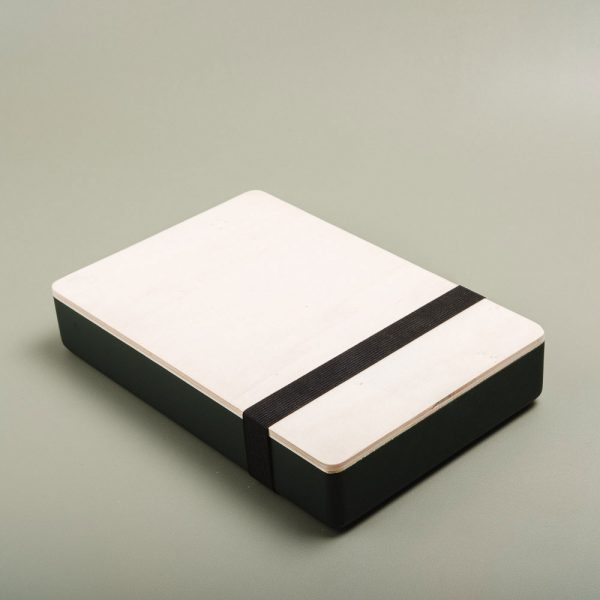 Caja de madera pintada para guardar fotografías. Packaging para fotógrafos y videógrafos de color amazonas