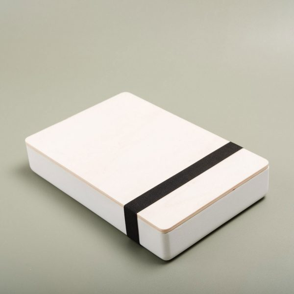 Caja de madera pintada para guardar fotografías. Packaging para fotógrafos y videógrafos de color blanco
