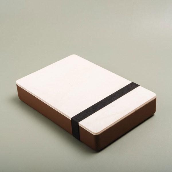 Caja de madera pintada para guardar fotografías. Packaging para fotógrafos y videógrafos de color cafe