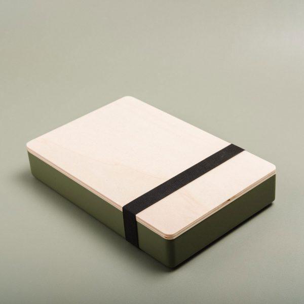 Caja de madera pintada para guardar fotografías. Packaging para fotógrafos y videógrafos de color comarca
