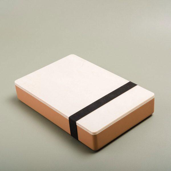 Caja de madera pintada para guardar fotografías. Packaging para fotógrafos y videógrafos de color montserrat