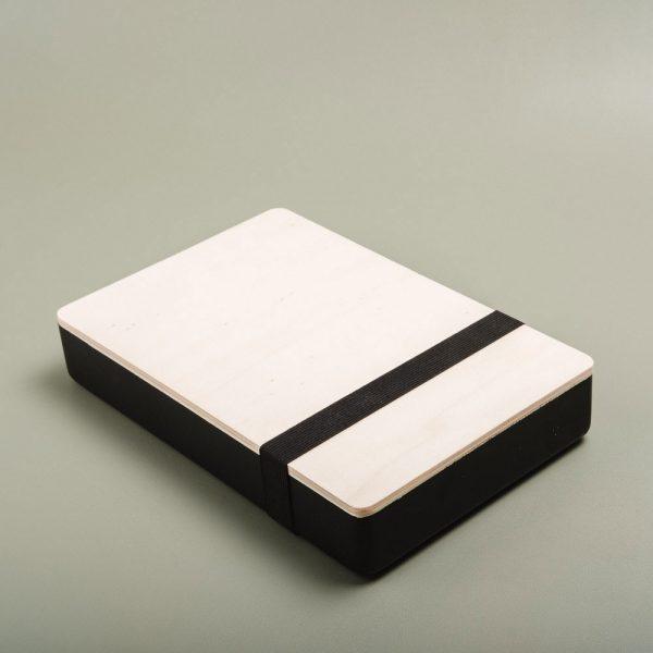 Caja de madera pintada para guardar fotografías. Packaging para fotógrafos y videógrafos de color negro