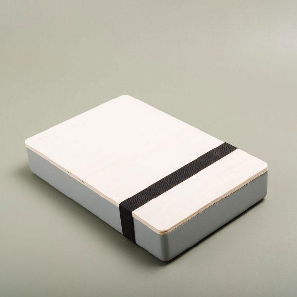 Caja de madera pintada para guardar fotografías. Packaging para fotógrafos y videógrafos de color perla
