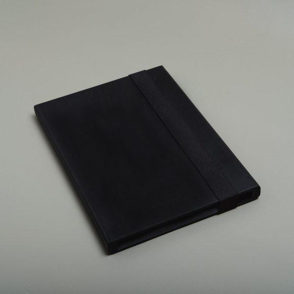 Carcasa de madera pintada para guardar fotografías. Packaging para fotógrafos y videógrafos de color negro