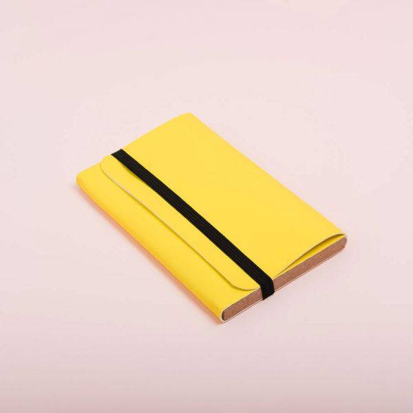 Carpeta de piel vegana para guardar fotografías. Packaging para fotógrafos y videógrafos de color limon