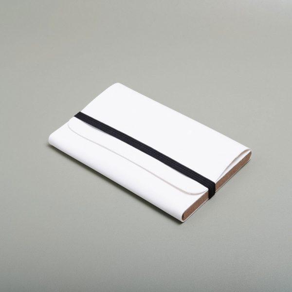 Carpeta de piel vegana para guardar fotografías. Packaging para fotógrafos y videógrafos de color nieve
