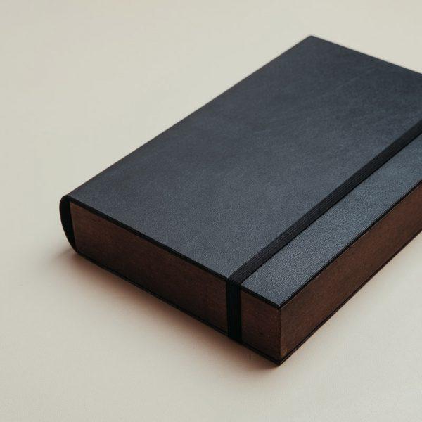 Cajas para entregar fotos y pendrive fabricadas con madera procedente de bosques sostenibles y piel vegana de color negro