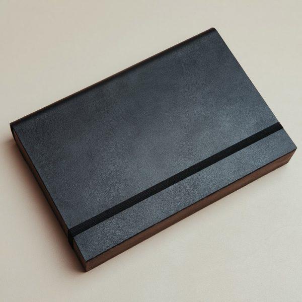 Cajas para entregar fotos y pendrive fabricadas con madera oscura y piel vegana de color negro