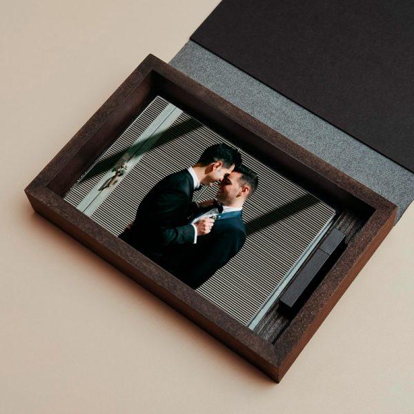 Caja para entregar fotografías y pendrive fabricada con madera oscura y piel vegana de color negro