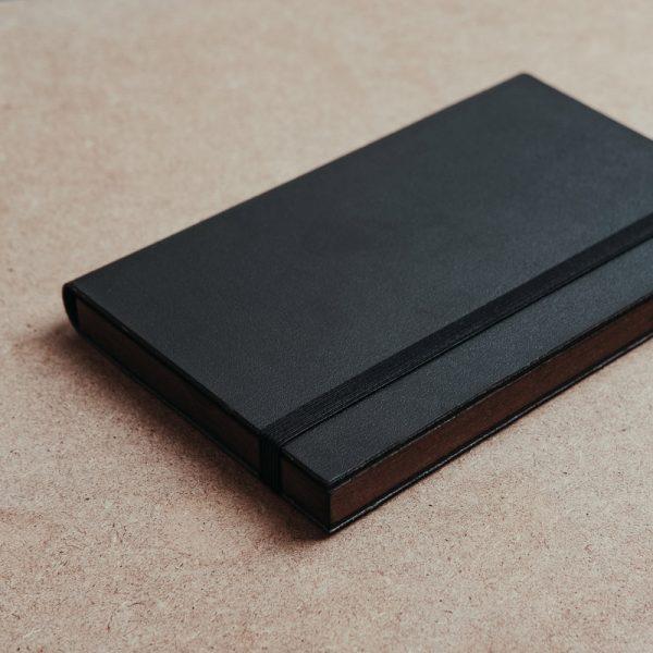 Caja para entregar pendrive fabricada con piel vegana de color negro y madera. Cajas para pendrive USB.