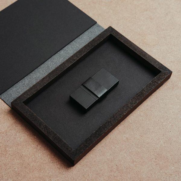 Cajas para pendrive USB fabricadas con piel vegana de color negro y madera. Packaging para USB