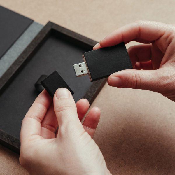Packaging para USB fabricado con piel vegana de color negro y madera. Cajas para pendrive USB.