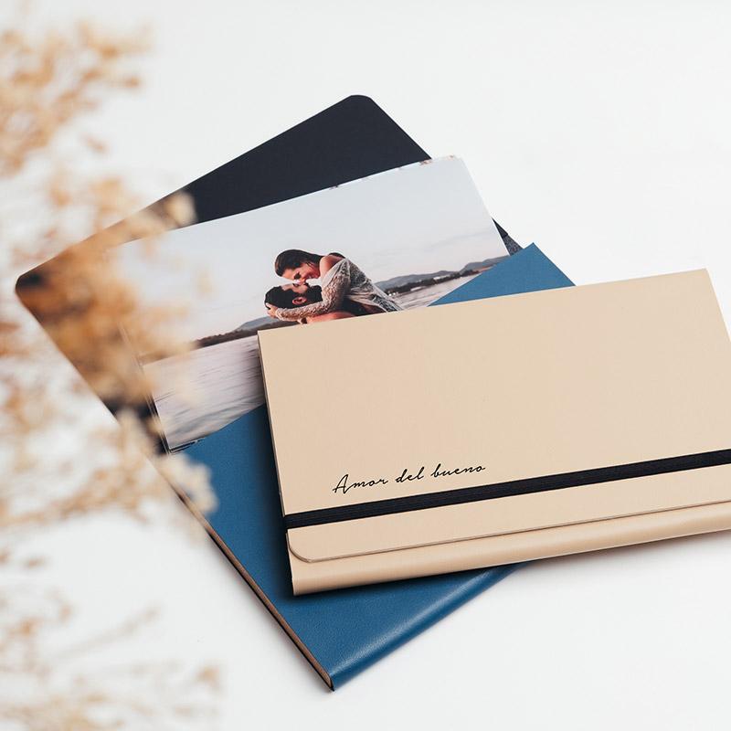 Carpetas para guardar fotos fabricadas en piel vegana de color beige y azul.