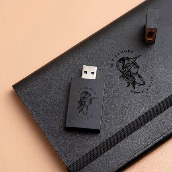 Pendrive usb en color negro con logotipo grabado del fotógrafo de bodas Joy Zamora