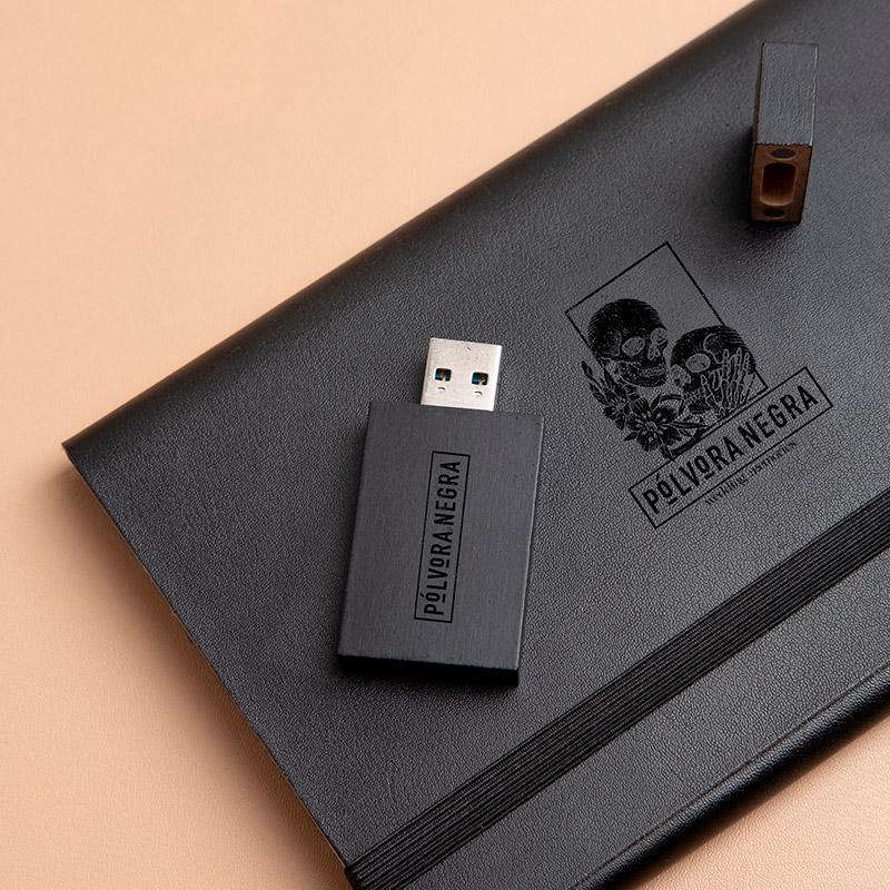 Carpeta para guardar fotos fabricada en piel vegana de color negro con logotipo grabado.
