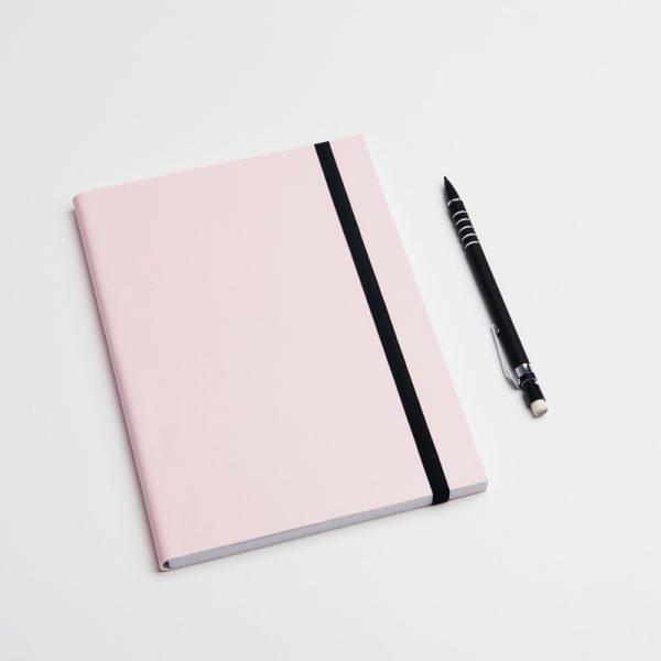 Cuadernos personalizados de piel vegana en color rosa. Sin pedido mínimo.