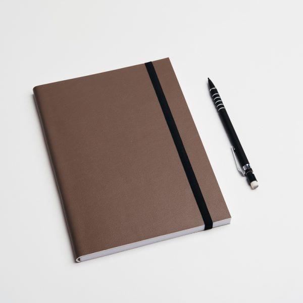 Cuadernos personalizados de piel vegana en color marrón oscuro. Sin pedido mínimo.