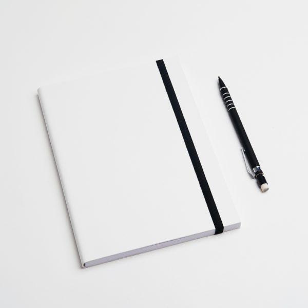 Cuadernos personalizados de piel vegana en color blanco. Sin pedido mínimo.