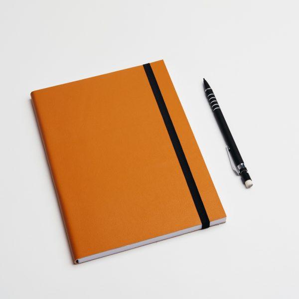 Cuadernos personalizados de piel vegana en color camel. Sin pedido mínimo.