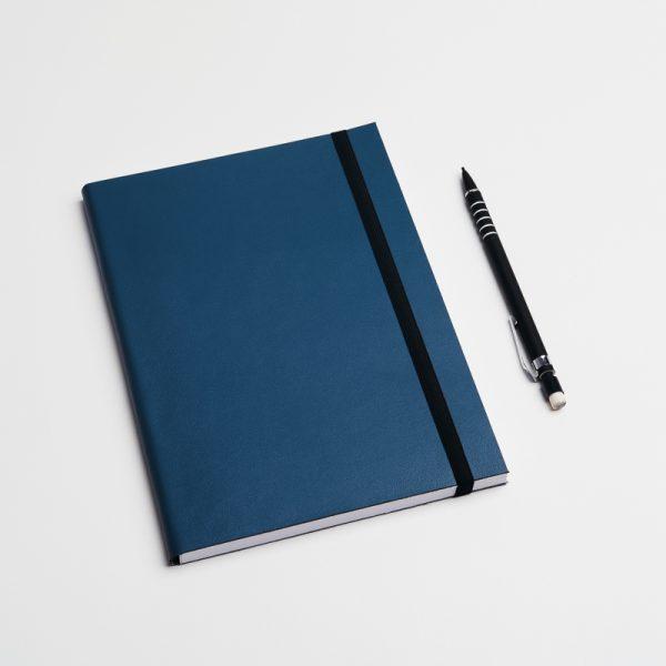 Cuadernos personalizados de piel vegana en color azul oscuro. Sin pedido mínimo.
