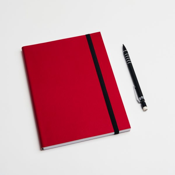 Cuadernos personalizados de piel vegana en color rojo. Sin pedido mínimo.