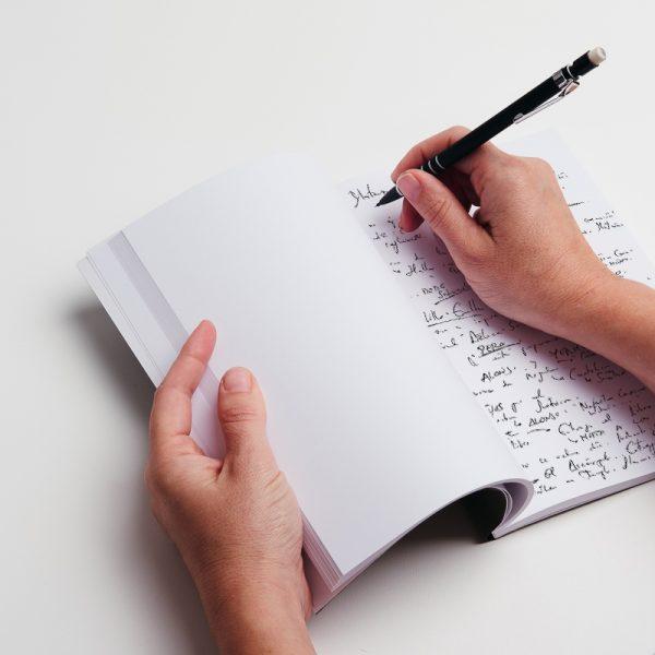 Cuadernos de notas personalizados de piel vegana en color verde.