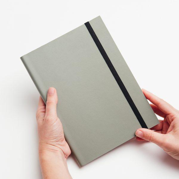 Cuaderno de notas personalizable de piel vegana en color verde.