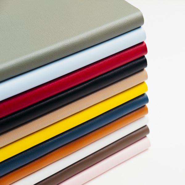 Cuadernos de notas personalizables de colores.