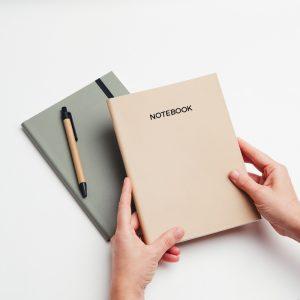 Cuadernos personalizados de piel vegana en color verde y crema. Sin pedido mínimo.